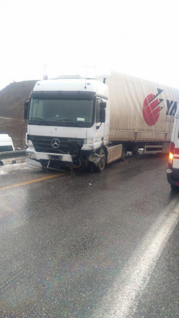 Bitlis'te trafik kazası: 1'i ağır 2 yaralı