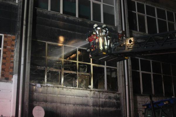 Bayrampaşa'da plastik hammadde üreten iş yerinde yangın