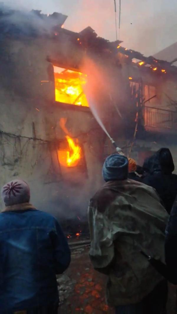 Yangınına giden itfaiye yolda kaldı: 2 inek telef oldu