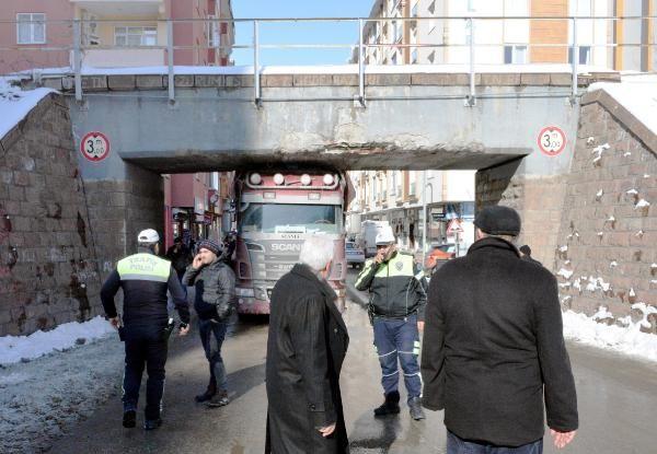 Erzurum'da tır köprüye sıkıştı