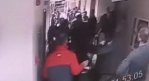 Hasta yakınları güvenlik görevlilerine saldırdı