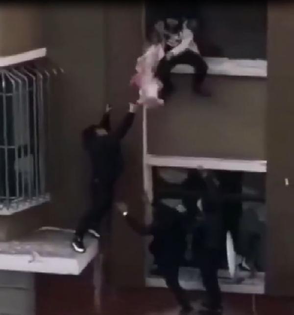 İkinci kattan düşen bebeği havada yakaladı