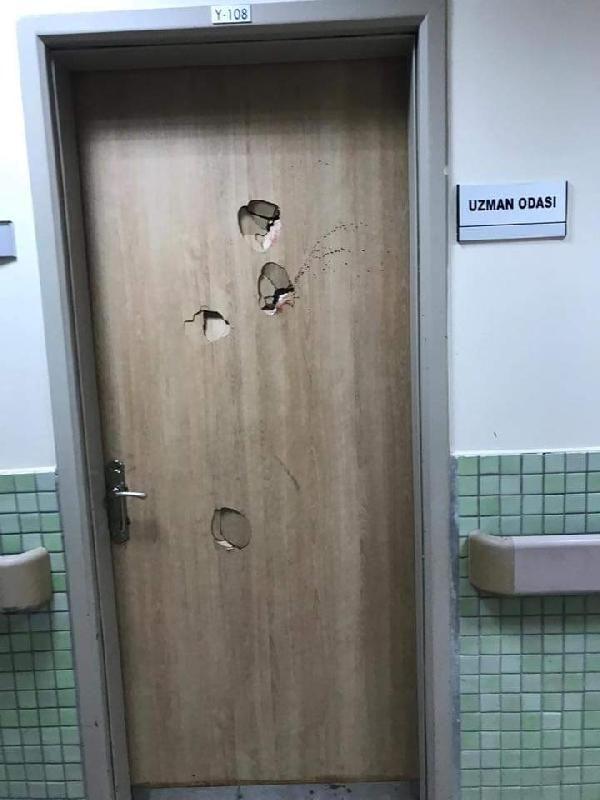 Doktora saldıran hasta yakını, kapıyı yumrukladı