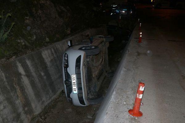 Fethiye'de otomobil kanala devrildi: 2 yaralı
