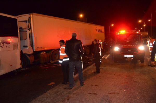 Yolcu otobüsü ile tır çarpıştı: 4 yaralı