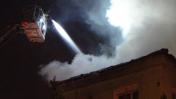 İstanbul Fatih'te 3 katlı binanın çatısı kül oldu