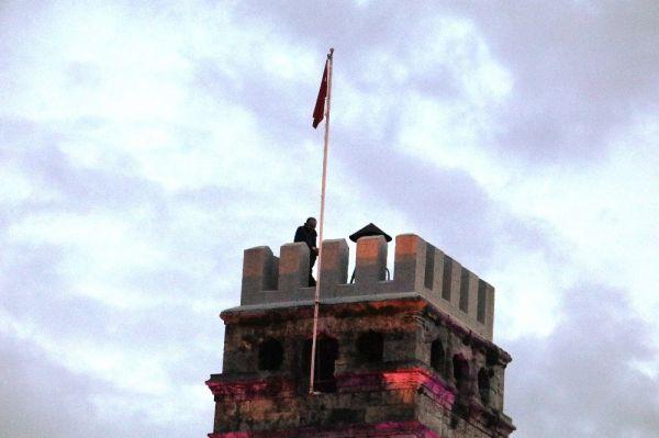 İntihar için saat kulesine çıktı itfaiye indirdi