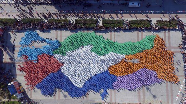 Türkiye haritası oluşturan kadınlar 'erik dalı' oynadı