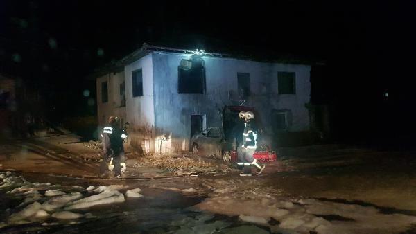 Yanan hurda otomobilin alevleri yan binaya sıçradı