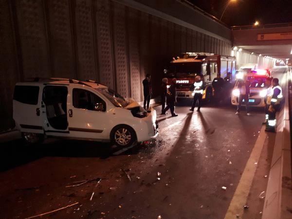 Otomobil, belediye temizlik aracına çarptı: 2 yaralı