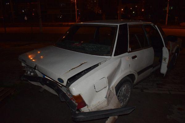 Kaza yapan sürücü, otomobilini bırakıp kaçtı