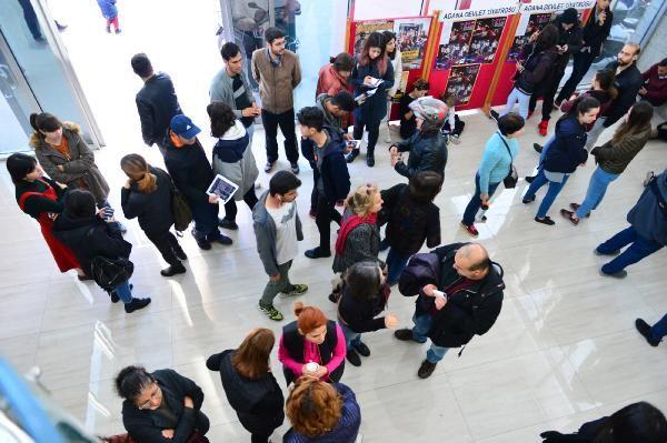 Adana'da tiyatro bileti kuyruğu