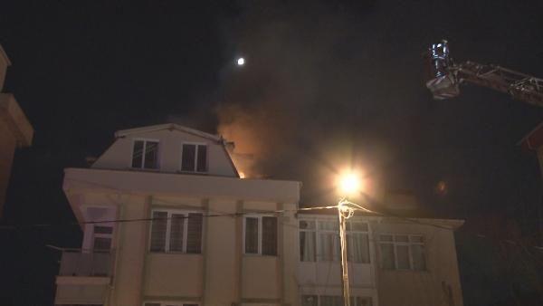 Kartal'da çatı katındaki daire alev alev yandı