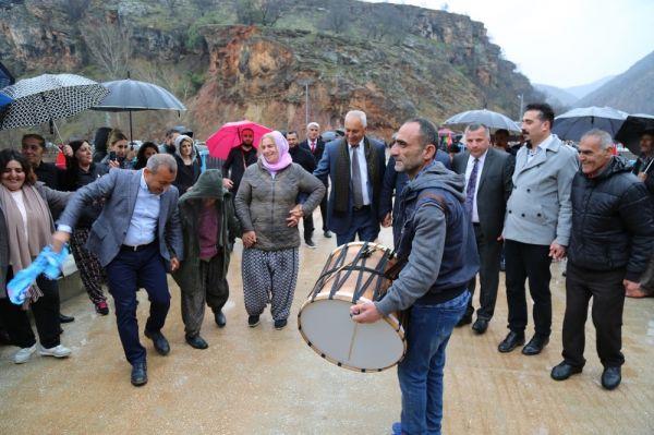 Köylünün 60 yıllık köprü hayalini Vali Sonel gerçekleştirdi