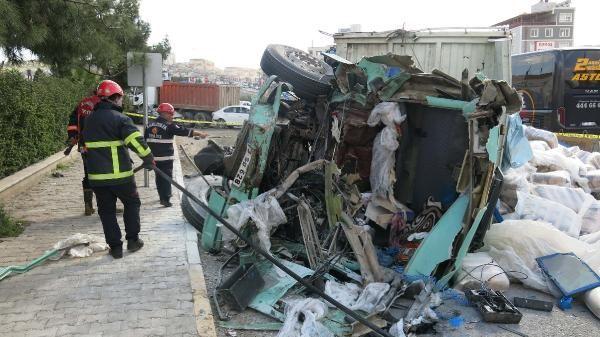 Şanlıurfa'da bir kamyon, 4 aracı hurdaya çevirdi