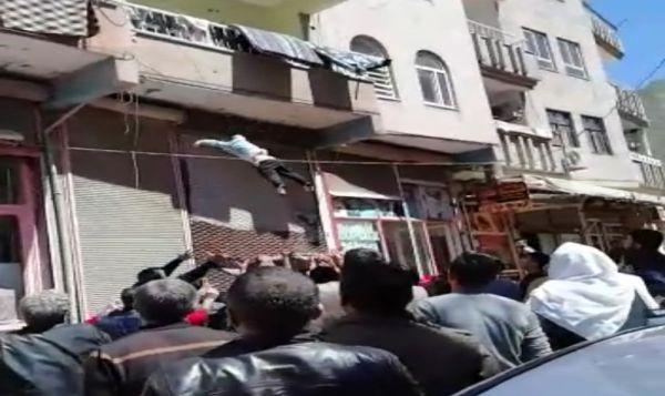 Balkondan düşen çocuğu havada tuttular
