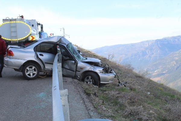 Karaman'da kontrolden çıkan otomobil bariyere girdi