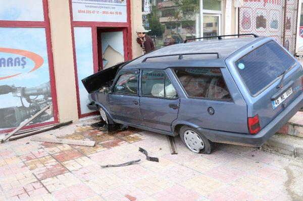 Kahramanmaraş'ta otomobil haber sitesi binasına çarptı