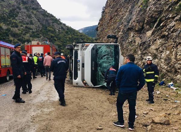 Antalya'da midibüs devrildi: 3 ölü, 15 yaralı