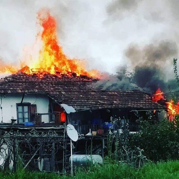 Kaş'ta ahşap ev yangında kül oldu