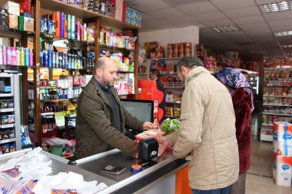Trabzon'da marketine patron arayan adam dikkat çekti