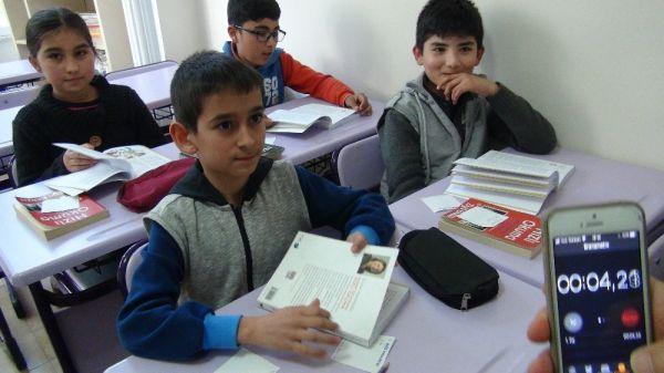 Mersin'de ortaokul öğrencisinden dünya hızlı okuma rekoru