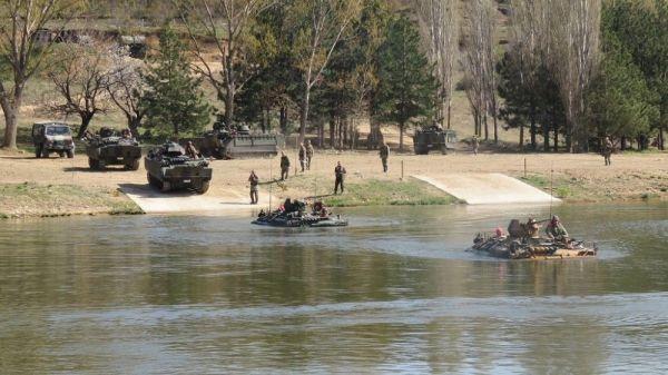 Trakya'da durgun su askeri eğitimi dikkat çekti