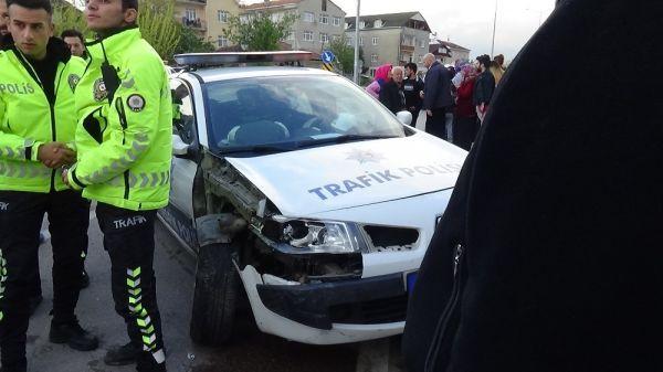 Polis aracı otomobille çarpıştı