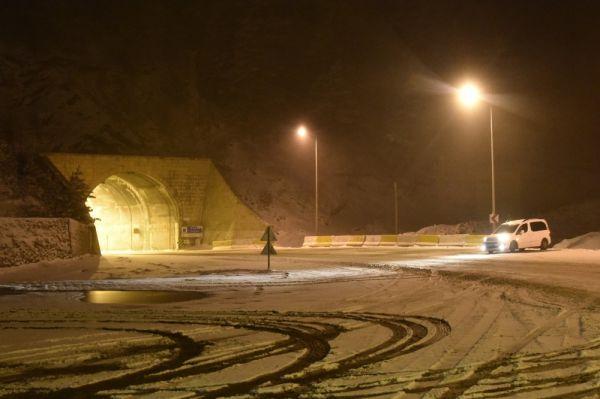 Zigana'da nisan karı sürücüleri zorluyor