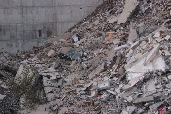 Kağıthane'de binaların enkazı gün ışığıyla ortaya çıktı