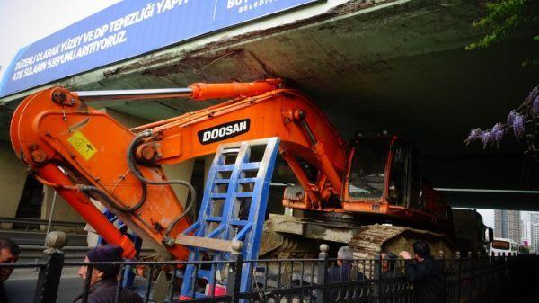 Kartal'da iş makinesi yüklü tır köprüden geçemedi