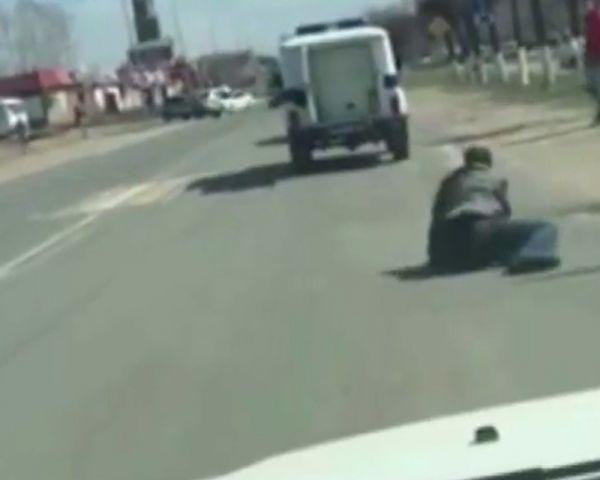 Yolda polis aracından düşen zanlı kaçarak uzaklaştı