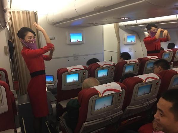 Türkiye'ye ilk defa uçan firmanın hostesleri peçeyle dans etti