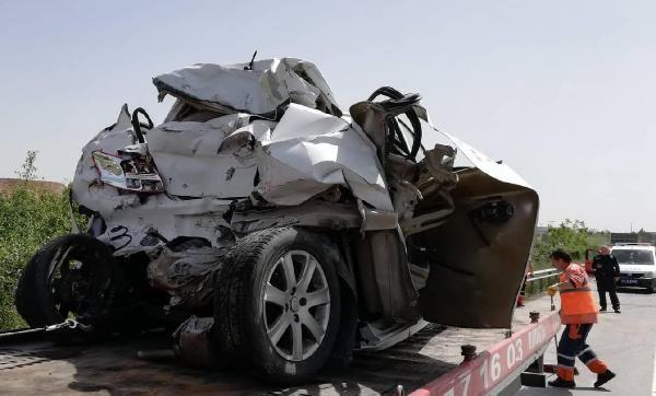 Tırın çarptığı otomobil ikiye katlandı