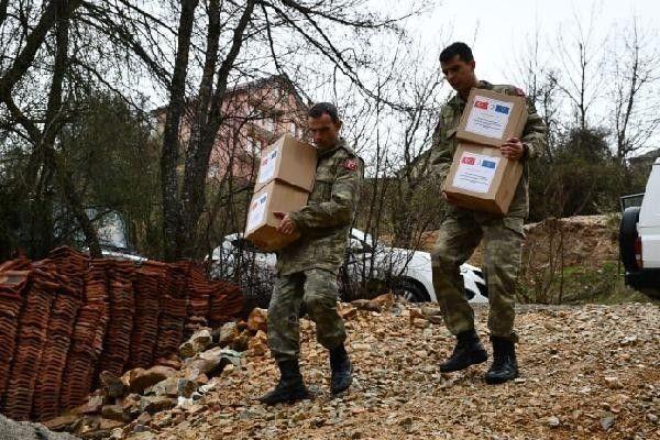 Mehmetçik Ramazan paketlerini dağıttı