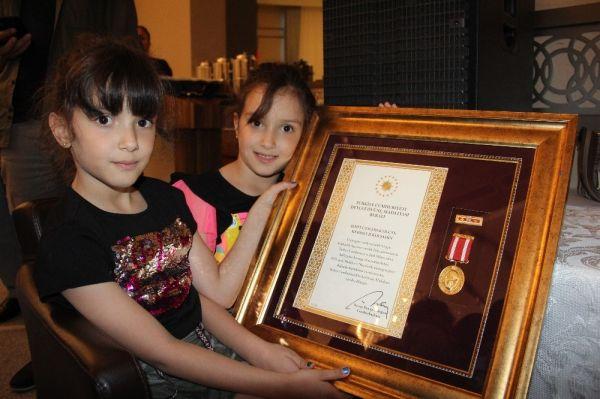 Şehitlerin Madalyalarını Kızları Aldı