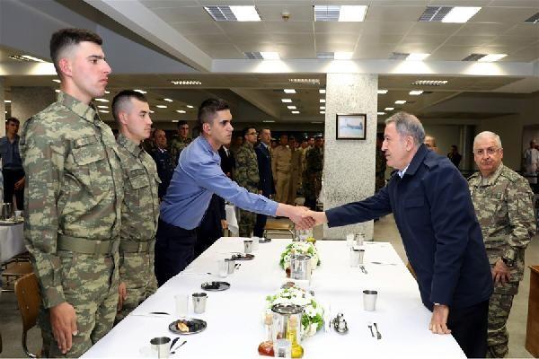 Bakan Akar, Mehmetçik ile iftar yaptı