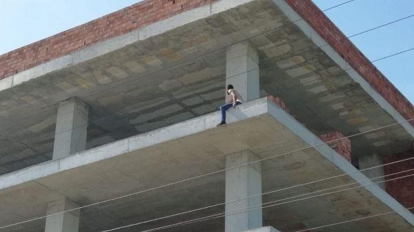 İlaç alamadığından çatıya çıktı