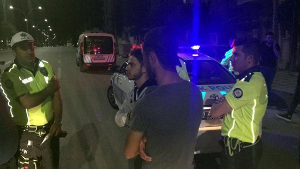 Otomobilin kaputunda giden kişi, düşerek ağır yaralandı