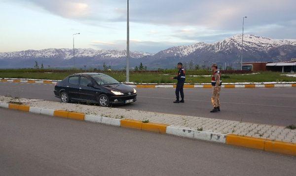 Trafik ekipleri durdurdukları sürücüleri iftara davet etti