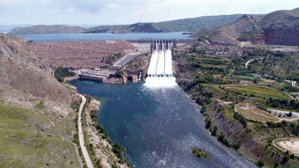 15 yıl sonra Keban Barajı'ndaki savaklardan su aktı