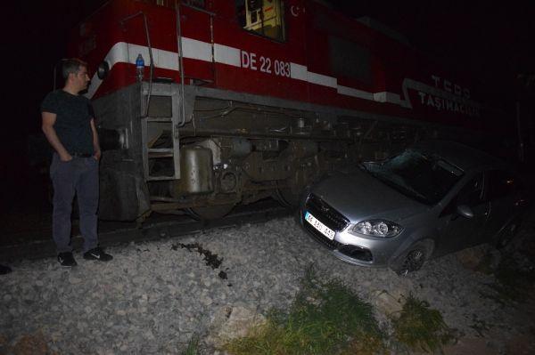 Malatya'da yolcu treni otomobile çarptı