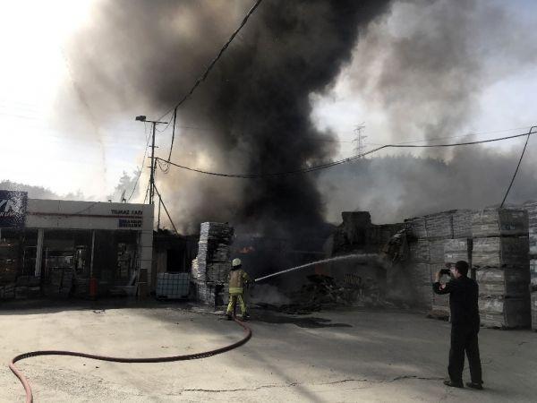 Sarıyer'de inşaat malzemeleri alev alev yandı