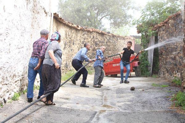 Manisa'da tarihi ev kül oldu