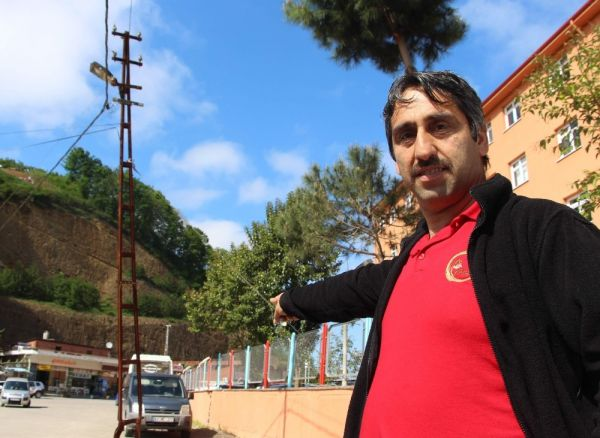 Trabzon'da devrilmek üzere olan elektrik direğine ilginç çözüm