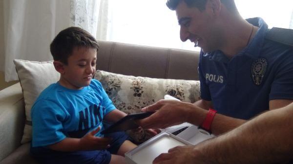 Tableti çalınan çocuğu polisler sevindirdi