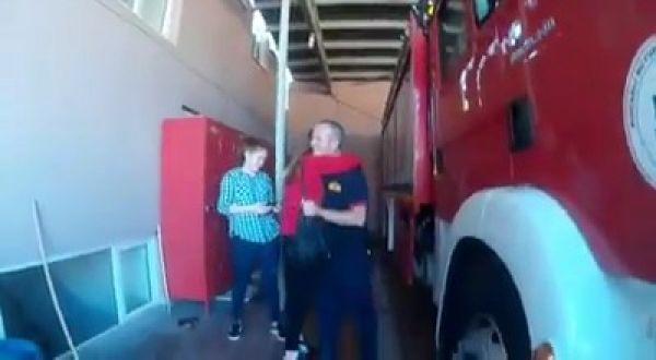 Kocaeli'de yangına koşan itfaiye erine sürpriz