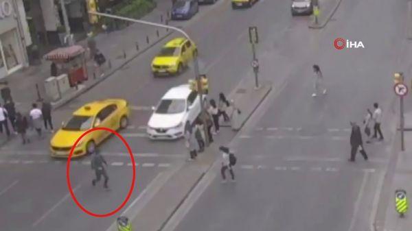 Şişli'de kırmızı ışıkta geçen genç ağır yaralandı