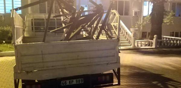 Kahramanmaraş'ta elektrik direğinin demirlerini çaldılar
