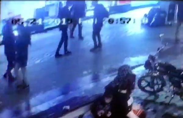 'Omuz atma' kavgasında, araya giren genç bıçaklandı
